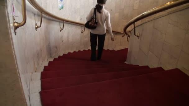 schody vedoucí dolů