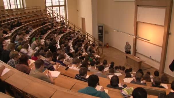studenti na přednášce v učebně