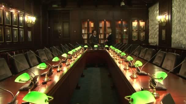 Konferenční stůl s lampami