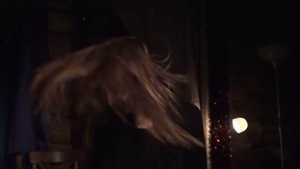 schönes Mädchen schüttelt ihr Haar