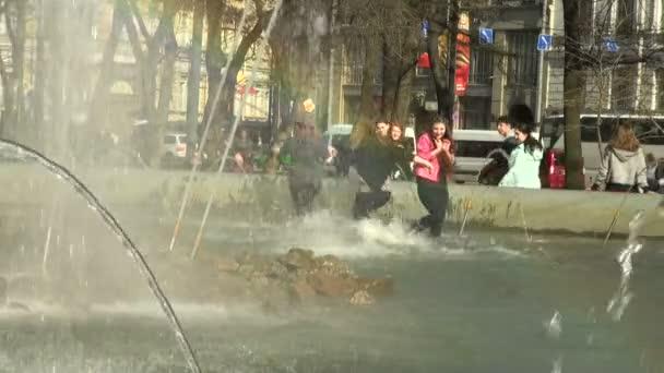 ragazze fare il bagno nella fontana — Video Stock © Hrustalev #17157857