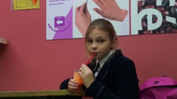 dívka pití šťávy