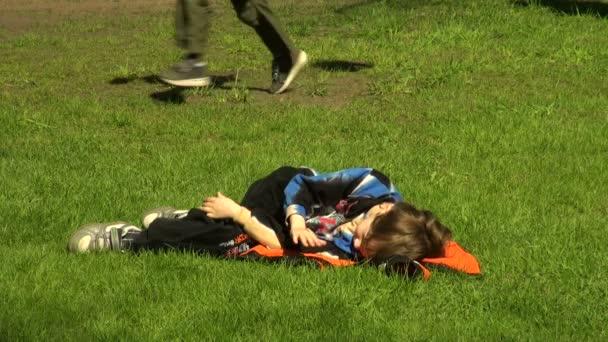 Ten chlap je na trávě
