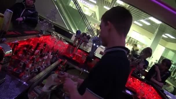 Barmann macht Cocktail im Nachtclub