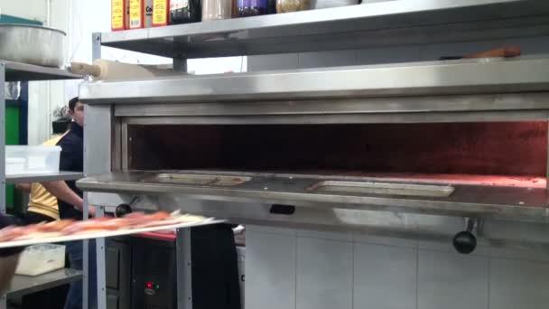 kuchař vaření pizza v kuchyni