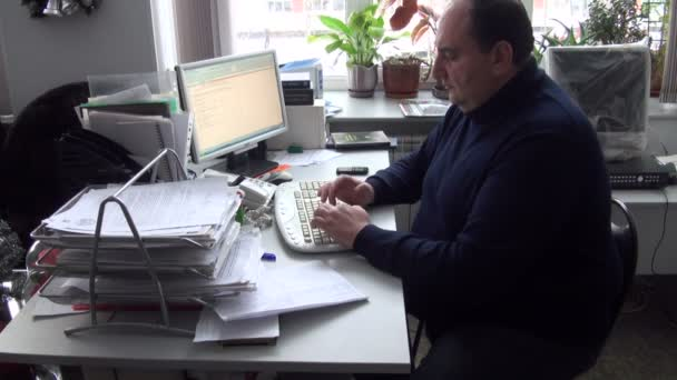 der Mann im Büro am Computer