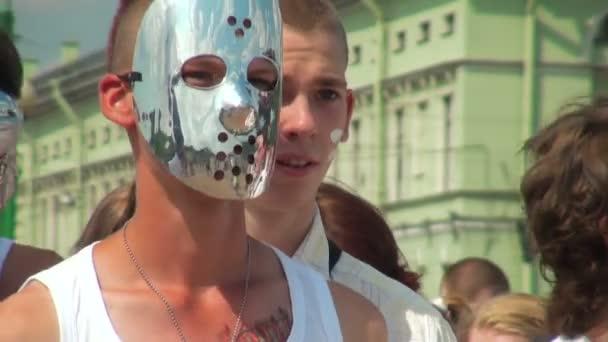 mladý muž v masce zrcadlo