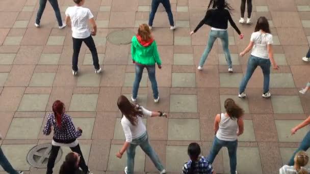 Skupina dívek v náměstí