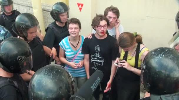 policie hlídá homosexuál a lesbičky
