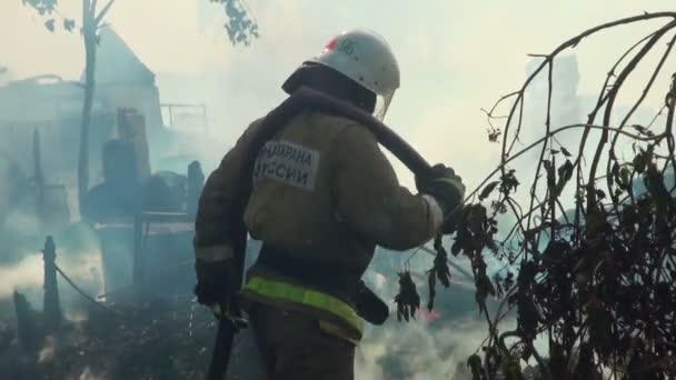 hasič hasí oheň