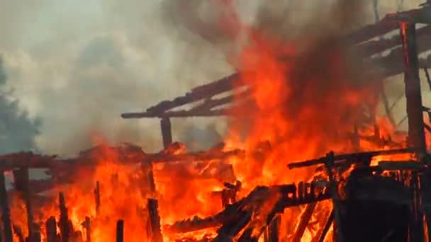 oheň. ruiny hořel dům