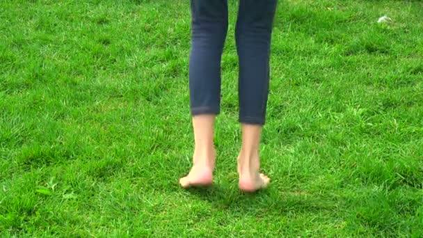 nožičky dívka skákání na zelené trávě