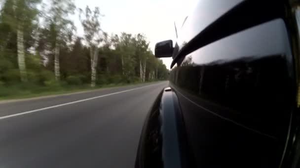 Auto auf bilateraler Straße