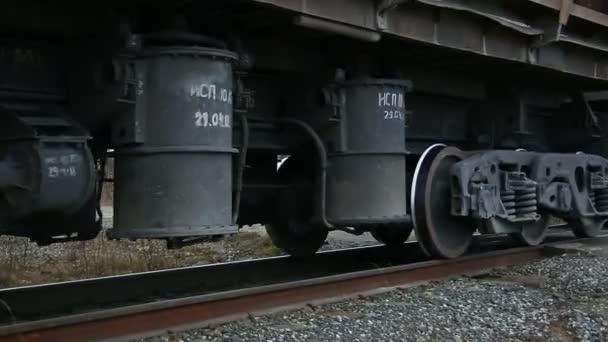 vlak pomalu pohybující se podél kolejí
