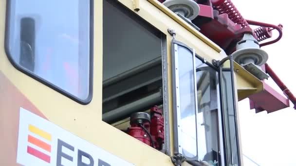 řidič kamionu v kabině