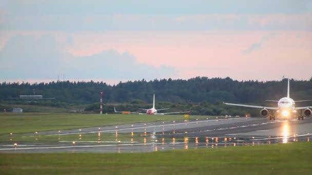 letadlo na dráze