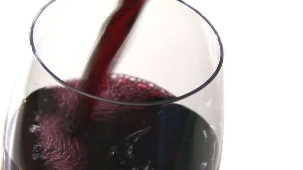 rosso vino versato in un bicchiere di vino