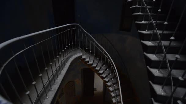 grunge schodiště v budově staré, temné