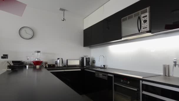 Moder zwart wit keuken interieur met rood licht u2014 stockvideo