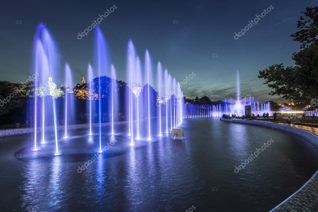 Bellissime fontane blu notte foto stock jacek kadaj for Foto bellissime