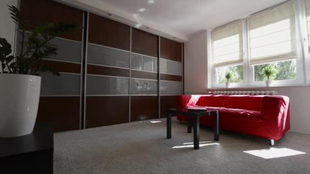 moderní obývací pokoj design interiéru s červenou pohovku