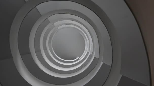 spirále schodiště v moderní budově