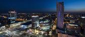 Fotografia panorama notturno del centro di Varsavia
