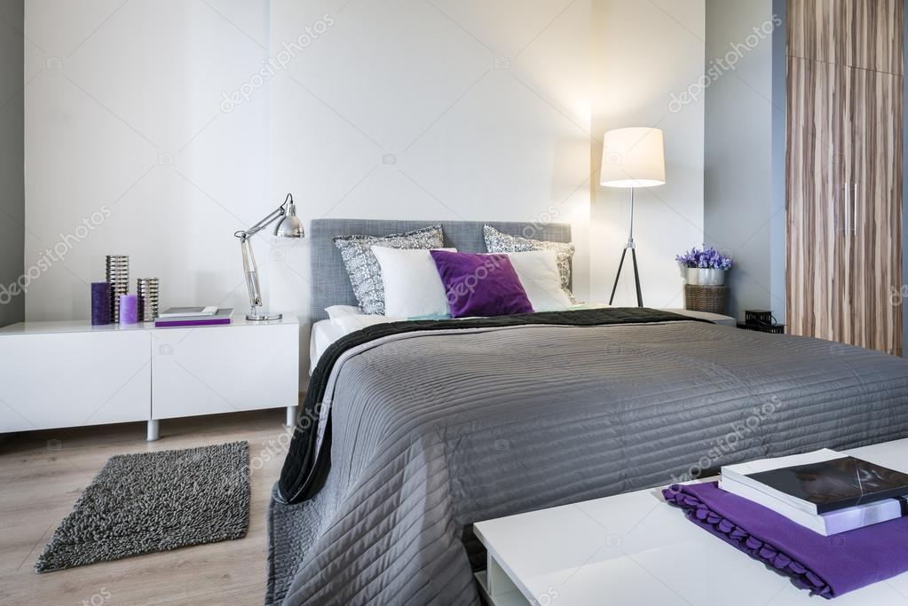 Slaapkamer Interieur Grijs : Slaapkamer interieur met grijze bed u stockfoto jacek kadaj