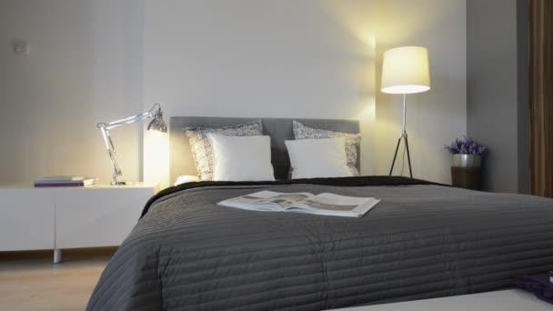 interiér ložnice s manželskou postelí šedé a bílé zdi