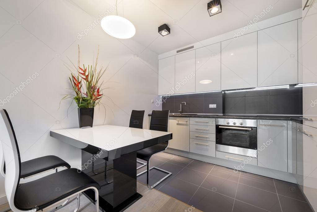 Moderna cocina con piso de loseta gris foto de stock for Losetas para cocina modernas