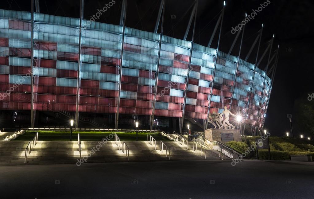 夜のワルシャワ国立競技場への入...
