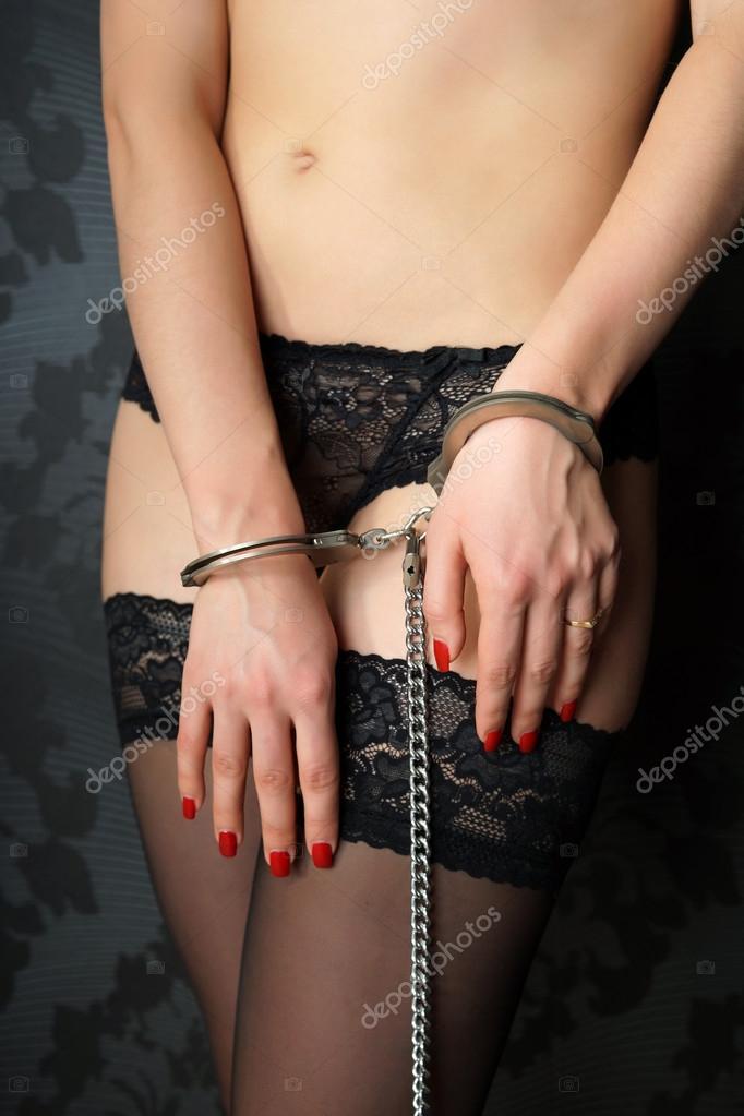 девушки в атласе и наручниках фото
