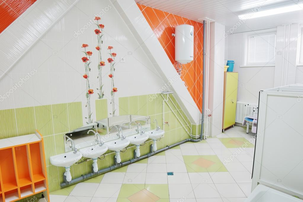 Badezimmer In Einem Kindergarten Stockfoto C A Poselenov 19160605