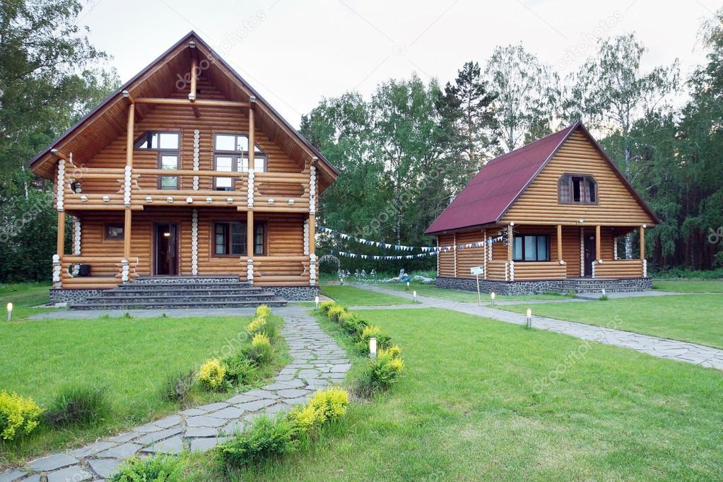 Case Di Tronchi Di Legno : Due case in legno di tronchi nei pressi della foresta u2014 foto stock