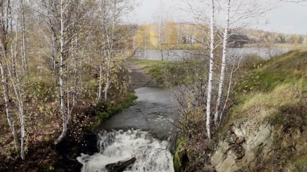 podzimní krajina u malé řeky