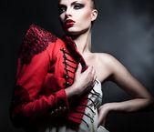 Sexy Erotik blonde Frau in roten Jacke