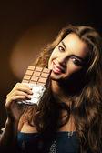 Fotografie Lächelnde Frau mit großen Tafel Schokolade