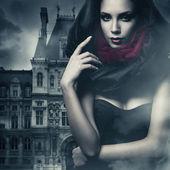 sexy žena v černé kápě a hrad