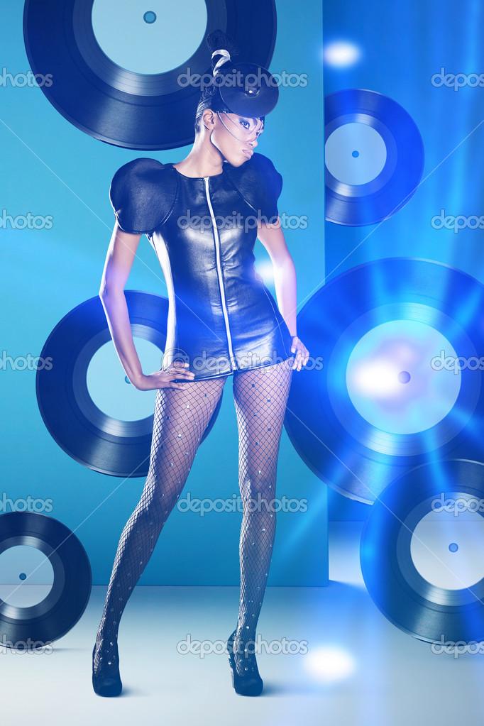 mujer de disco con discos de vinilo y luz de neón — Fotos de Stock ...