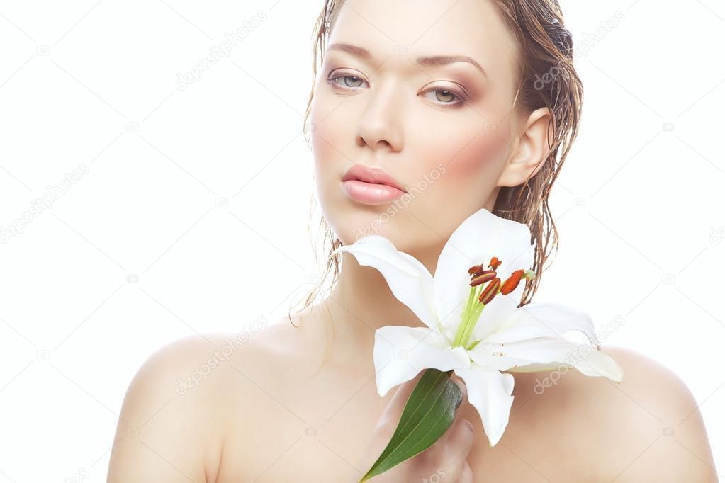 donna bagnata con fiore bianco — Foto Stock © alexannabuts #35079257