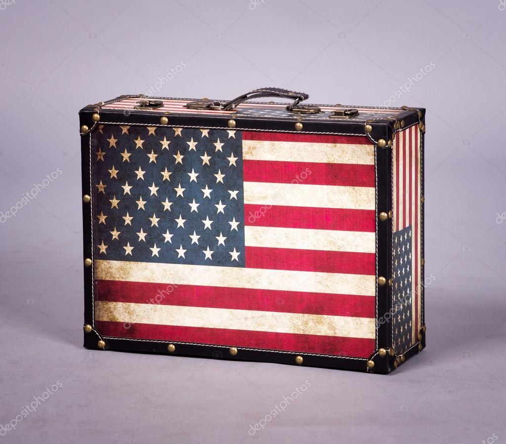 639a87a1cfa9a8 Valigia retrò con la bandiera americana su fondo grigio — Foto di ...