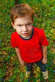 nespokojený s zlý chlapec chlupatý lupič v červené košili a džínách, st