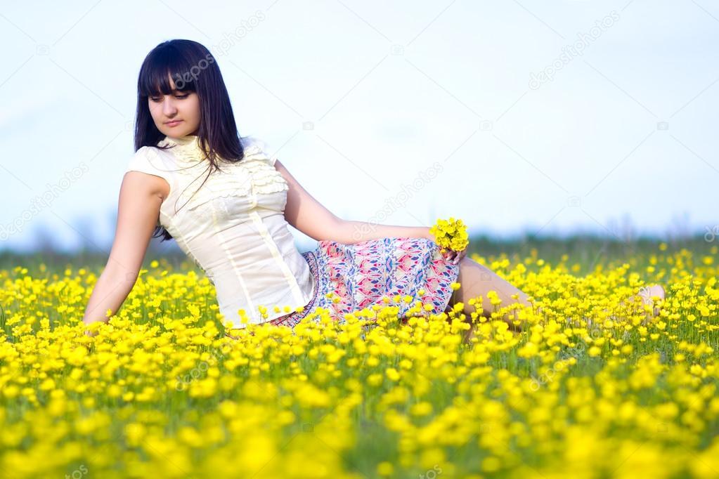 фото девушек брюнеток лёжа