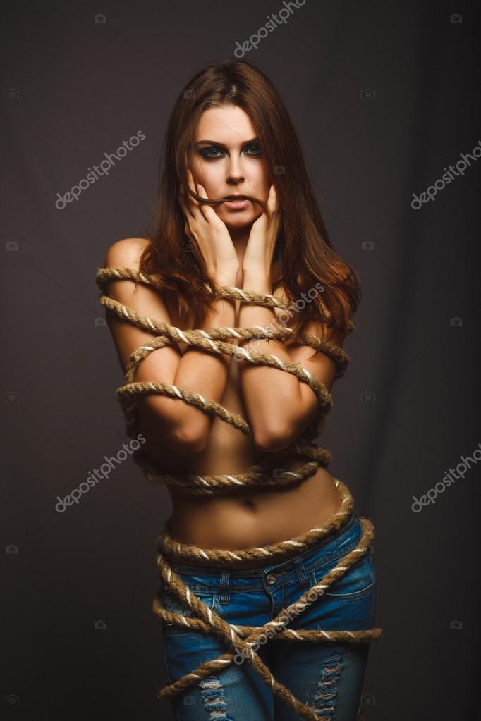 связанная блондинка веревкой