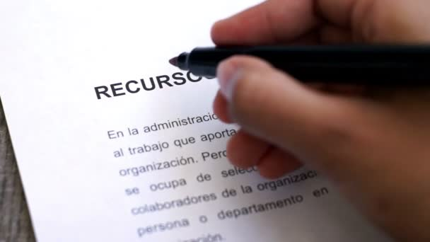 Circling Human Resources with a pen (In Spanish)