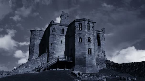 Nuvole in movimento sopra un antico castello