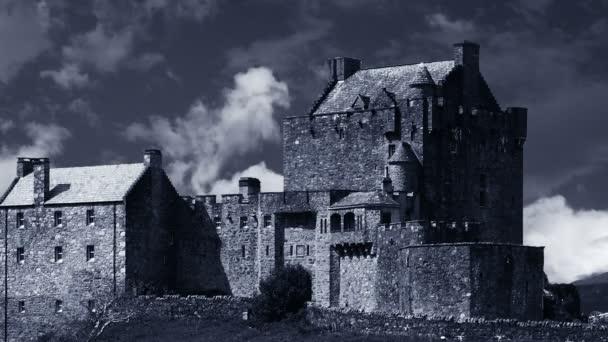 Mozgó felhők fölött egy ősi kastély
