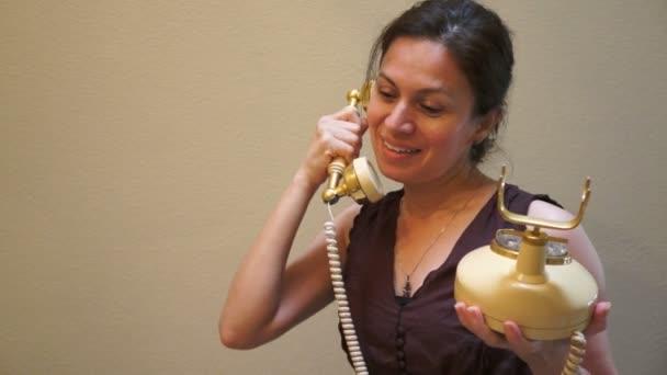 žena na starého telefonu ve stylu retro