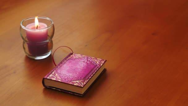 romantická kniha a svíce