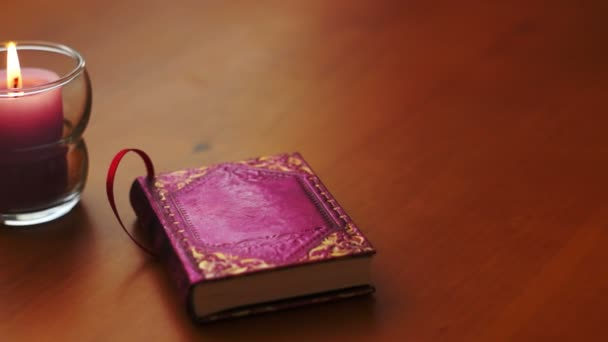 Romantikus könyv és gyertya Dolly